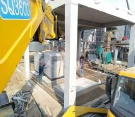 折臂吊车在公司工地吊装