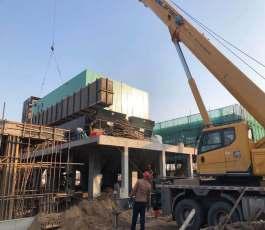 高空车吊车在工地施工