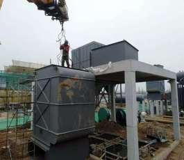 折臂吊车在工地施工