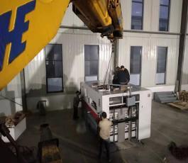 100吨折臂吊车在元首工厂设备吊装