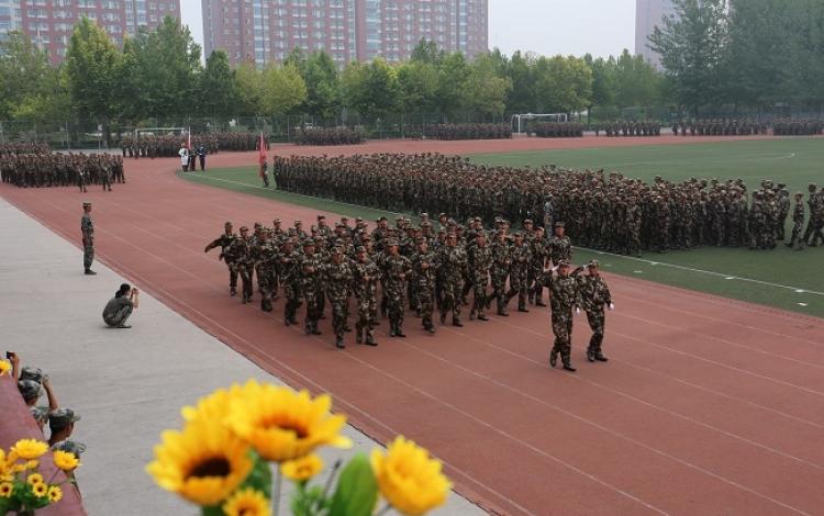 保定一学校举行新生军训结营式暨开学典礼