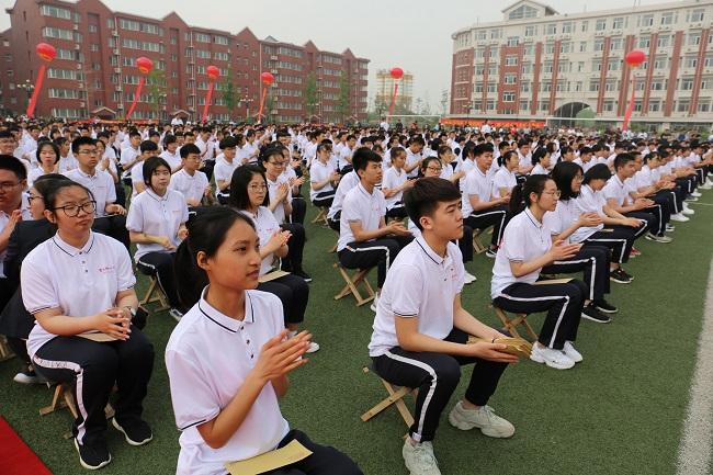 1031名学生参加成人礼.jpg