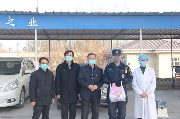 2.24给焉耆县东大桥卡点处民警送中药.JPG