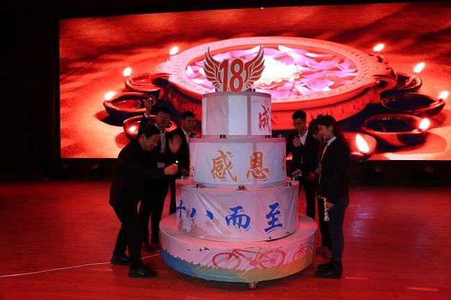 师生点燃蛋糕上的十八根蜡烛.jpg
