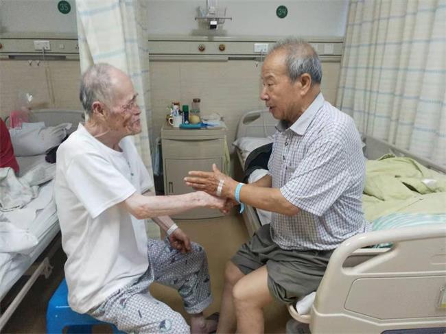 湯文芳老人與病友交流.jpg