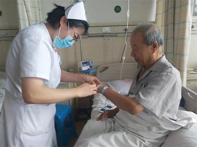 黄荣霞护士精心护理汤文芳老人.jpg