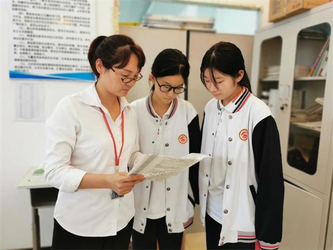冉娜指导学生学习.JPG