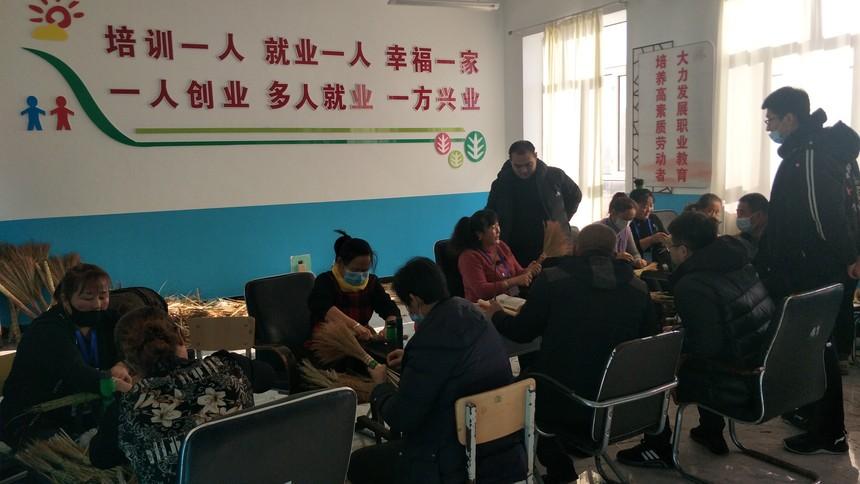 传承即将消失的传统手艺 甘南县乡村振兴笤帚绑扎技能人才培养班开班