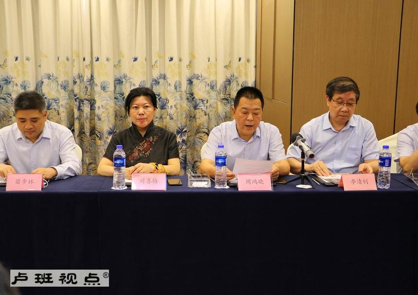 6河南省人民政府驻上海办事处主任助理周鸿晓参加洽谈会.jpg