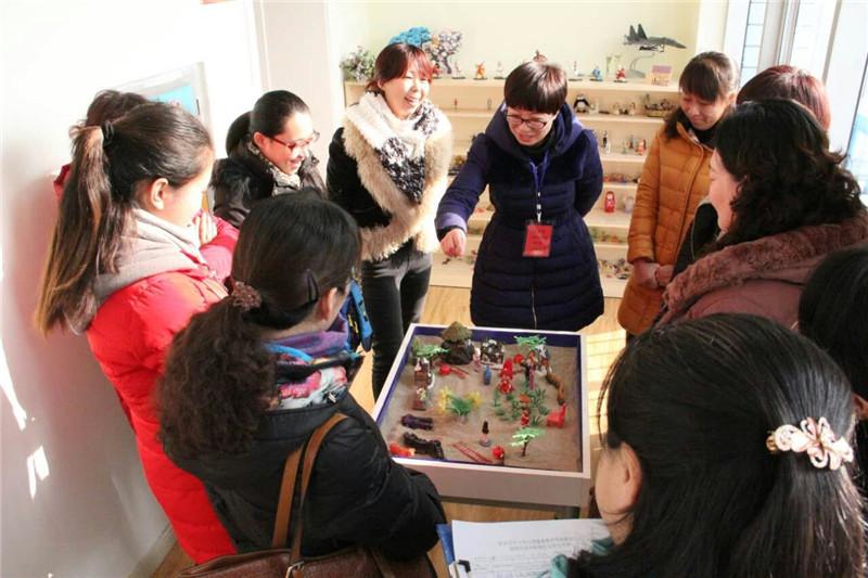2心理老师闫丽花在保定市中小学心理健康教育经验交流会上的沙盘体验引导.jpg