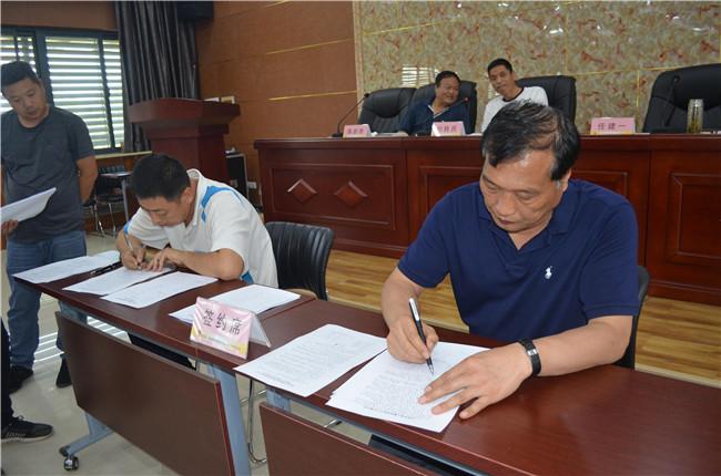 場長、黨委書記任建一與基層單位負責人簽訂責任書 (3).JPG..jpg