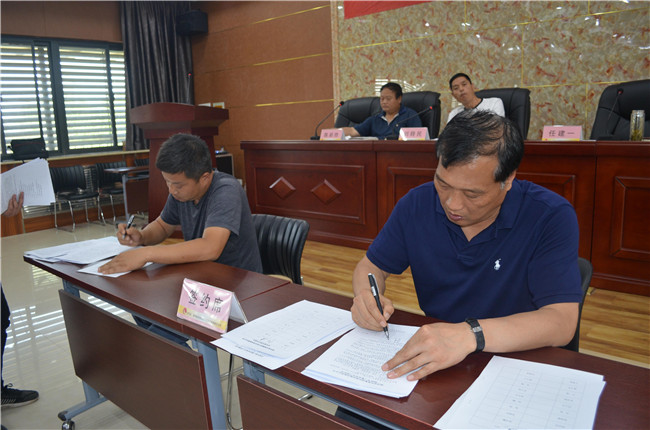 場長、黨委書記任建一與基層單位負責人簽訂責任書 (4).JPG..jpg