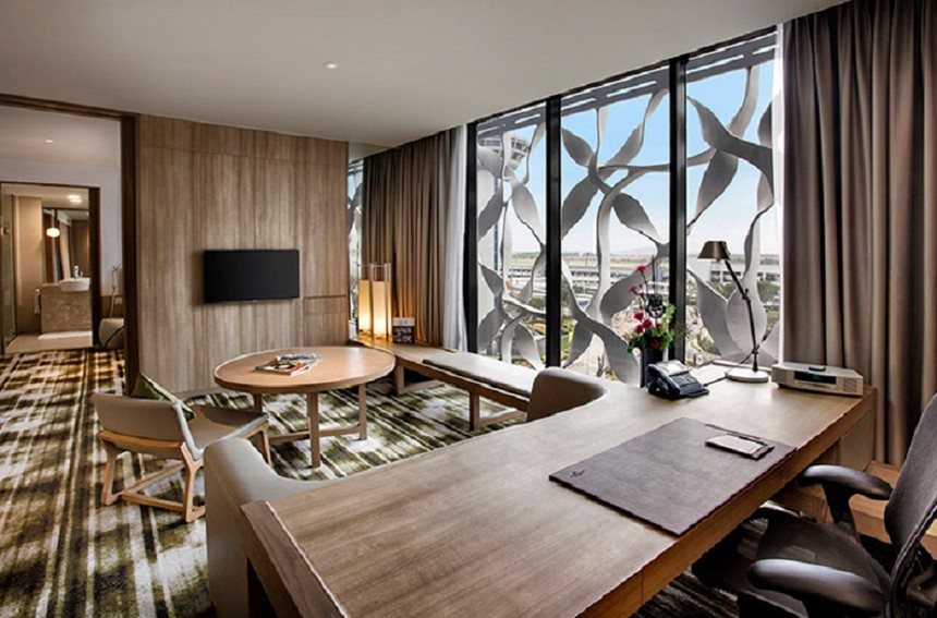 Crowne-Plaza-Changi-Airport-Main-Building---Suite-Living-Room.jpg
