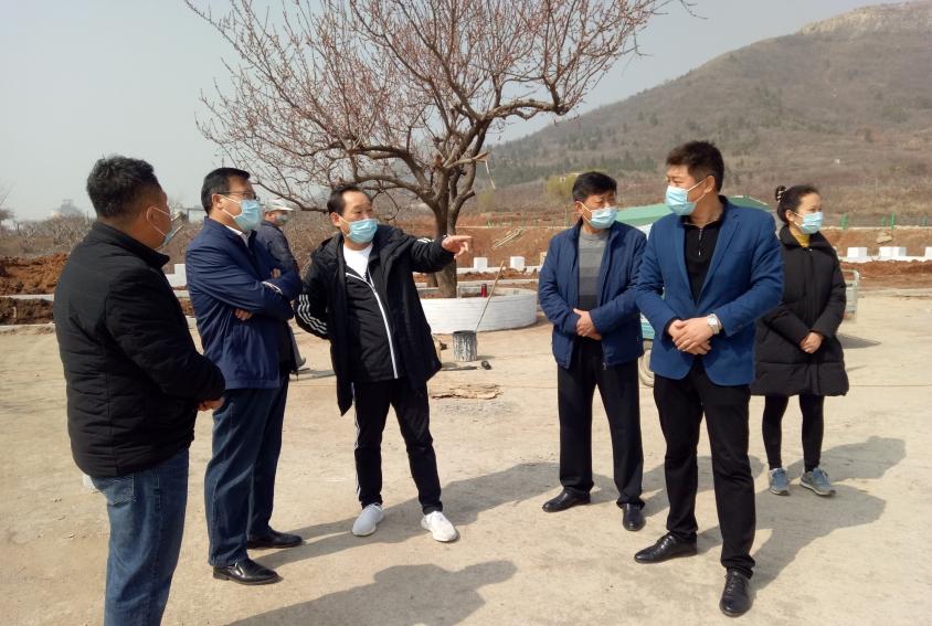 峄城区委统战部调研吴林街道七里店居第一书记工作