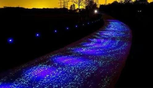 在夜晚会发光的路面用的是什么材料你知道吗?