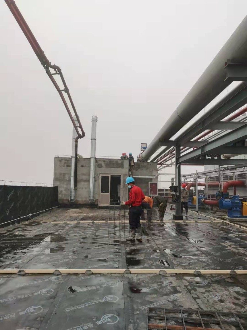山东沾化项目-C车间屋面防水保护层浇筑混凝土.jpg