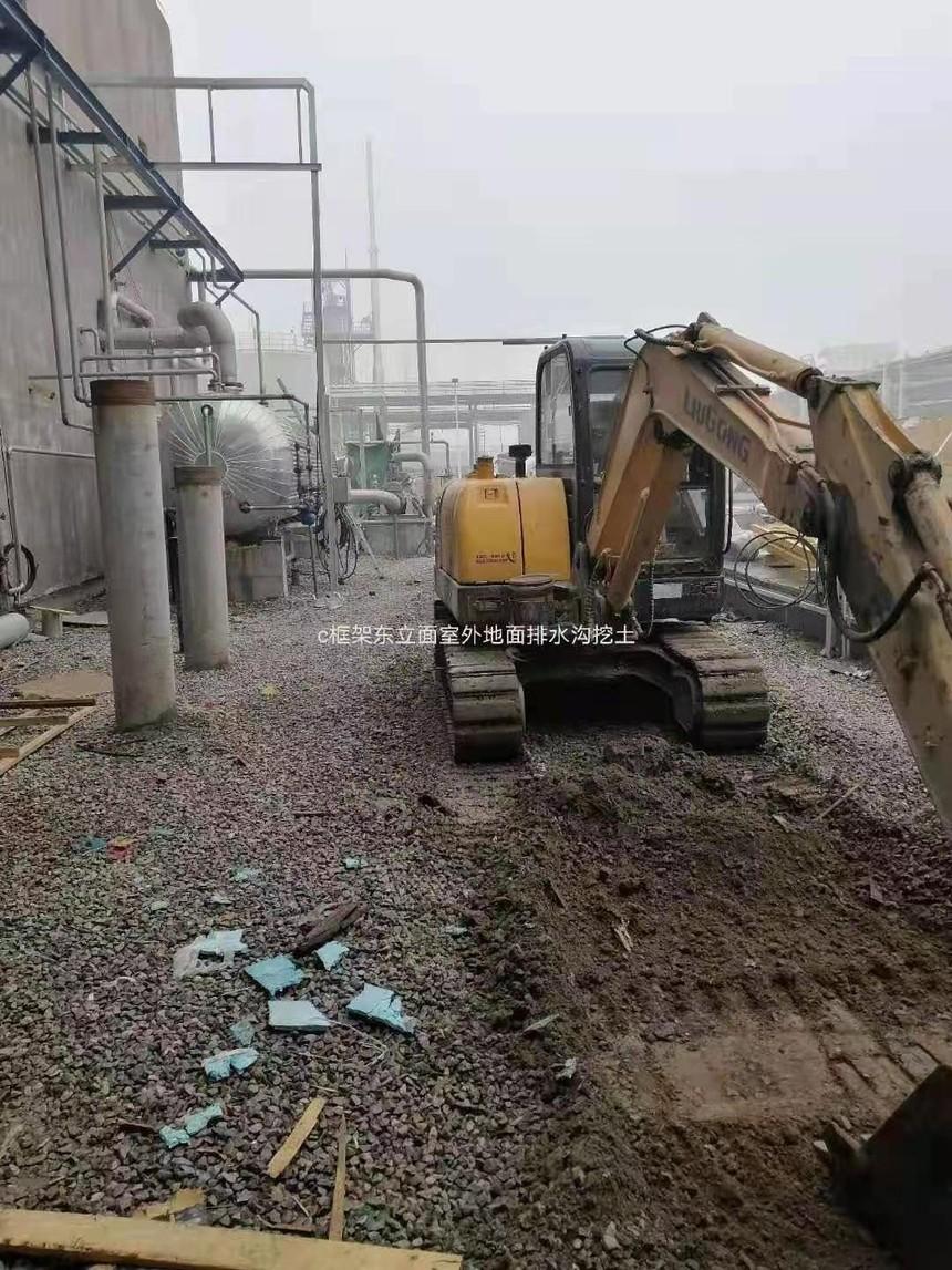 天津中沙项目-C框架东立面室外地面排水沟挖土.jpg