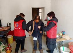 霍山县太阳乡:给贫困家庭送去暖心年货