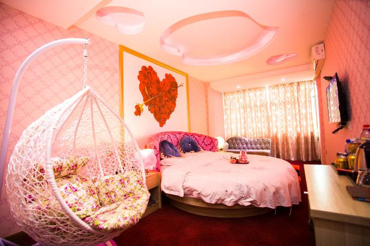 温馨浪漫的粉色系圆床装饰