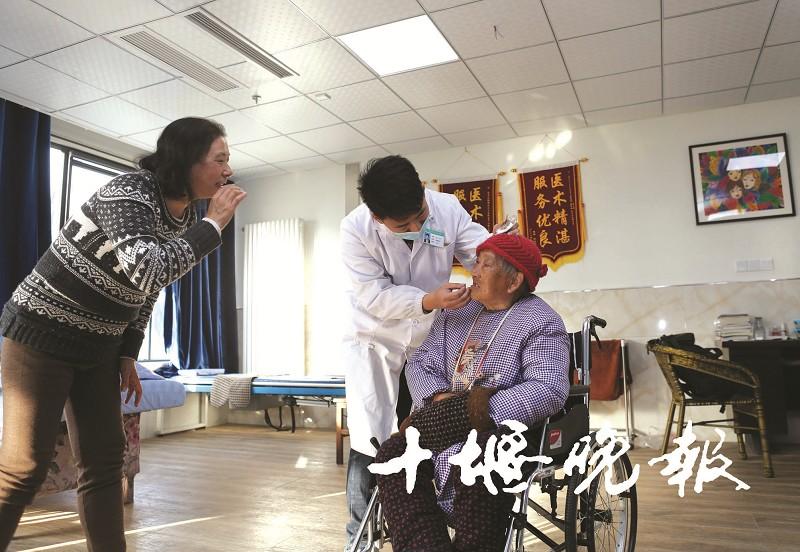 贴心的服务,让康养中心的老人感受到了亲情般的温暖.jpg