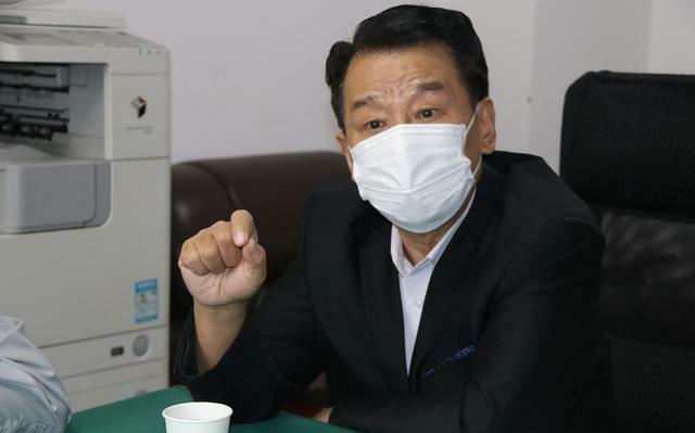 图为:河南省龙乡商会秘书长张建泽在座谈会上讲话.jpg