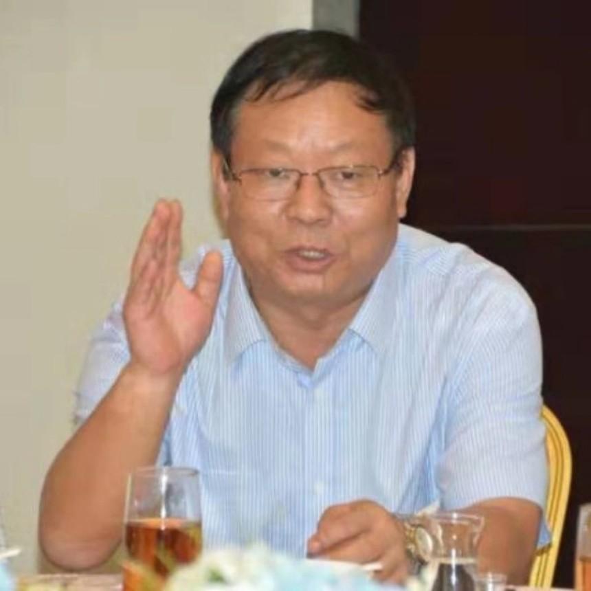 图为:河南省龙乡商会副秘书长王长虹主持座谈会.jpg
