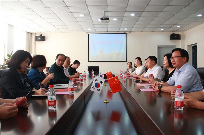2. 会议室座谈.JPG
