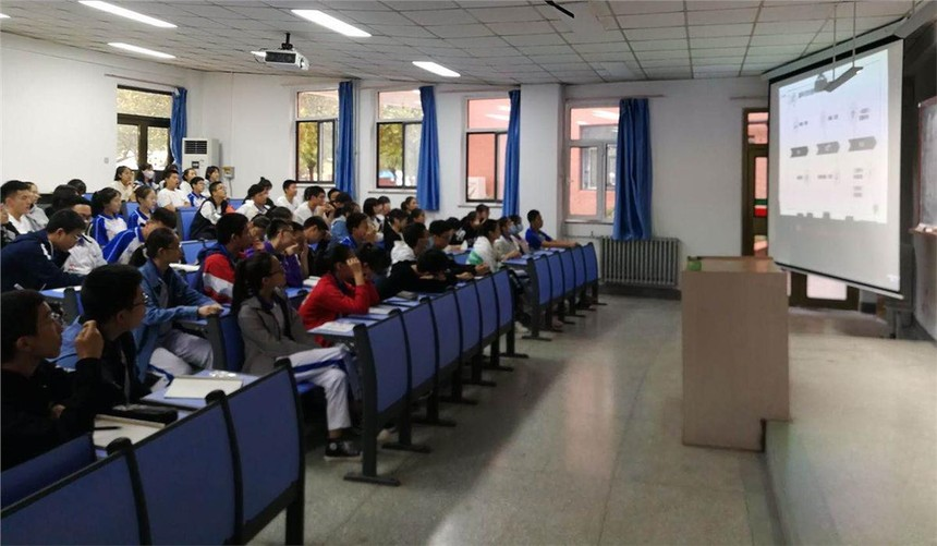 4.部分学生在阶梯教室观看同步直播.JPG