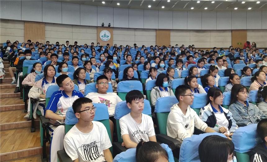 6.学生在认真听讲座.JPG