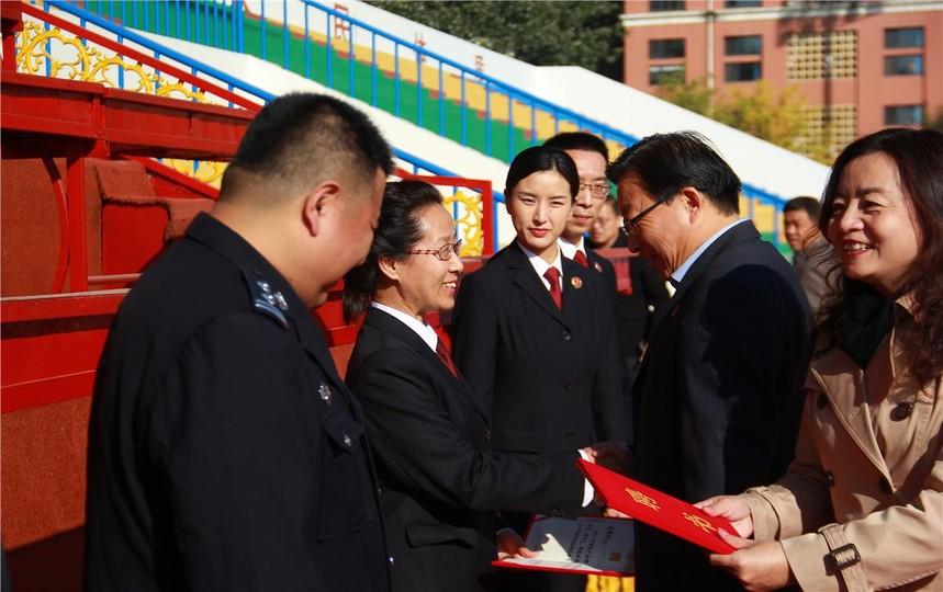 2学校领导颁发聘书.JPG
