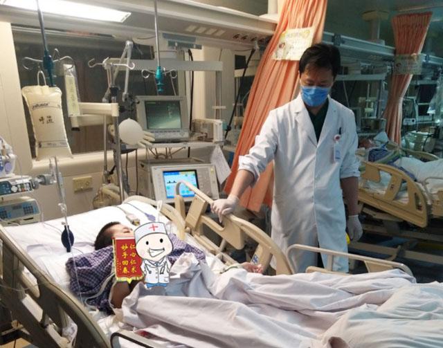 河北姑娘,先天性脊柱侧弯术后并发症,王宇医生在ICU治疗.jpg