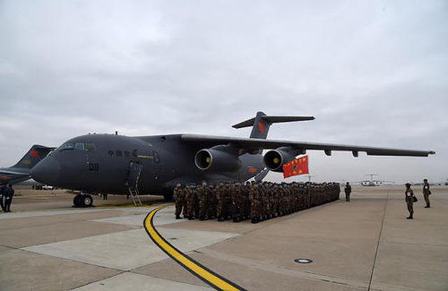 2月13日,一批增援武汉的军队医护人员乘坐国产运-20运输机抵达武汉天河机场.jpg