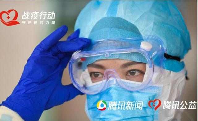 在重庆三峡中心医院重症肺炎应急病区,黄霞在进入重症隔离病房前做防护准备.jpg