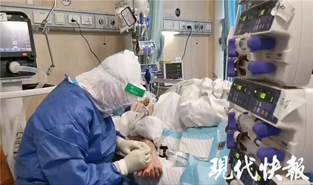 周路阳在给重症患者进行动脉穿刺.jpg