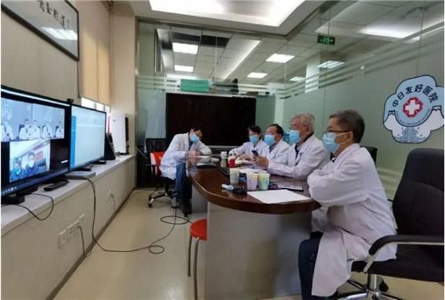 在中日友好医院远程医疗中心,全国政协委员张洪春(左二)同晁恩祥教授等专家远程会诊1.jpg