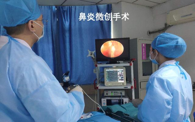 孙国政主任再给患者做微创手术治疗-1.jpg