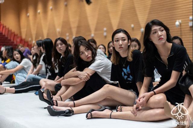 蕾欧娜(右三)在模特比赛彩排时.jpg