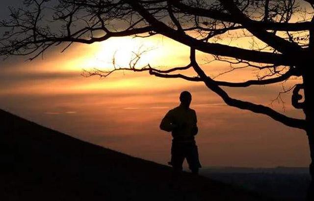 慢跑者一个人 日落时间.jpg
