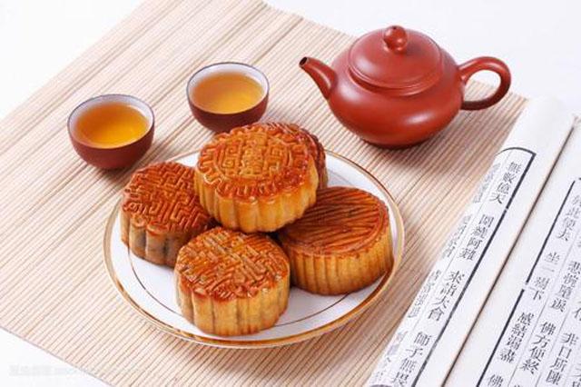 中秋吃月饼3.jpg