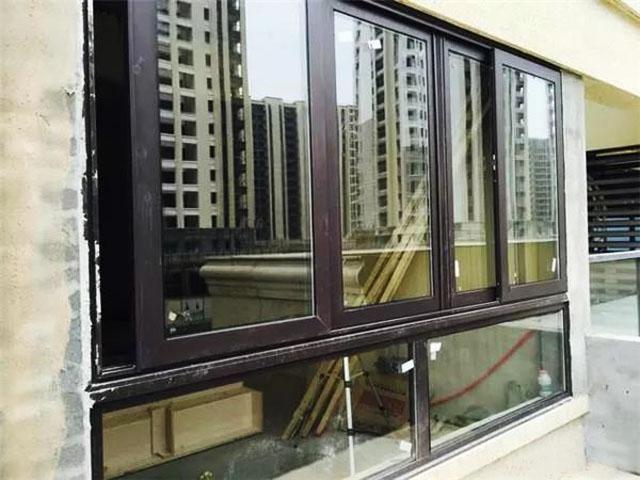 安装门窗玻璃.jpg