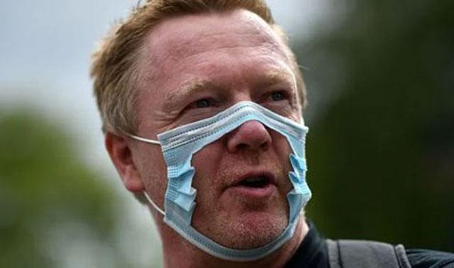 英国示威者将口罩剪破以示抗议.jpg