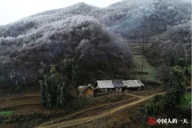 2018年冬季,李昌德位于山上的老屋,门口道路泥泞.jpg