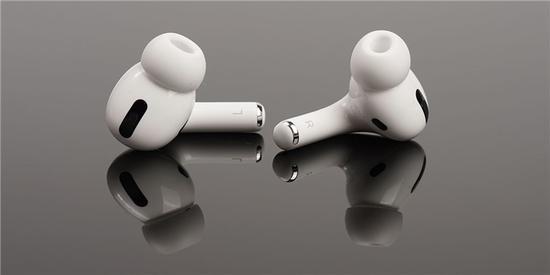 外媒称未来苹果 AirPods 或将变得更智能,可放大人声