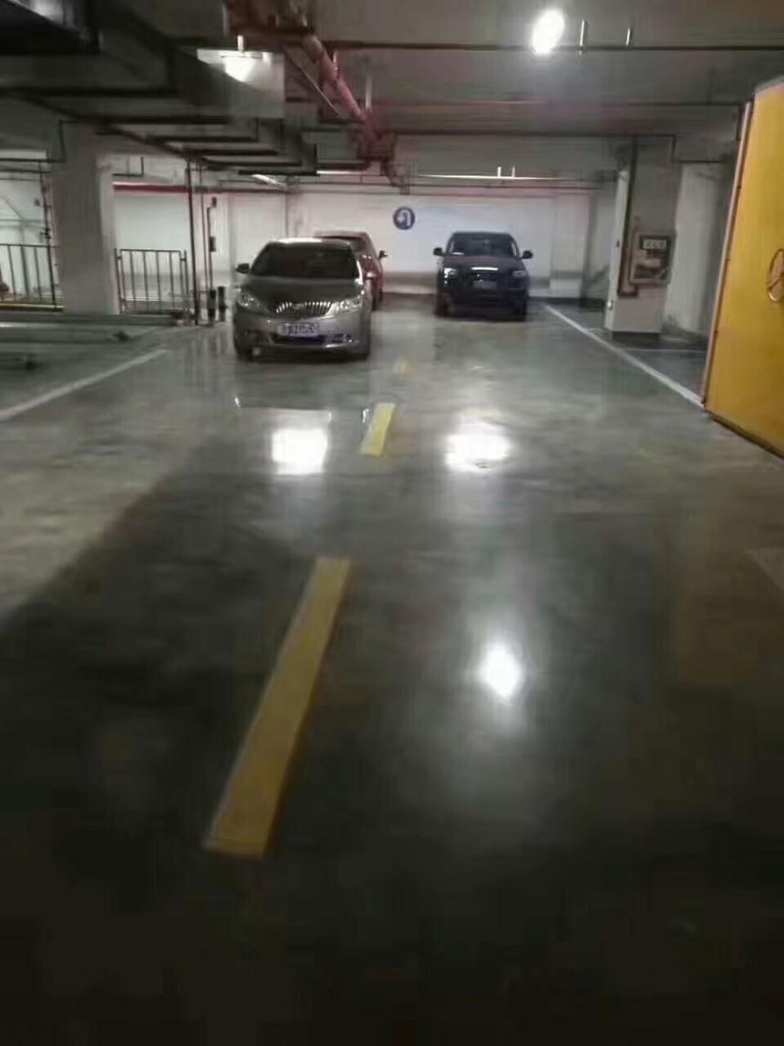 停车场的金刚砂地坪.jpg