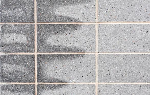 美缝施工前检查瓷砖缝隙是否干燥.png