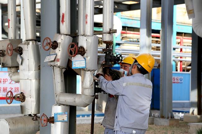 空壓冷凍工段員工協作更換閥門.JPG