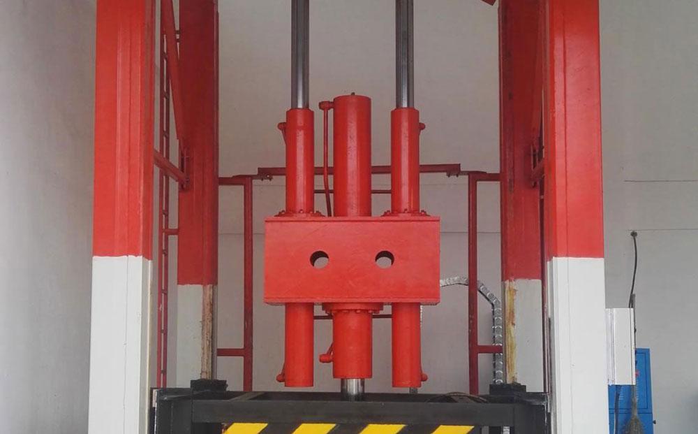 垂直式垃圾中转设备主体架上设自动控制的防箱体坠落安全装置