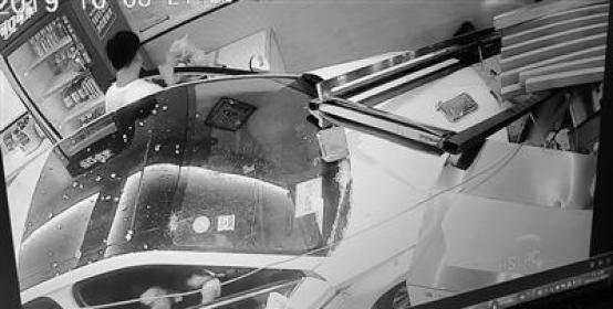 """一脚油门 轿车""""闯入""""面馆 事故造成两名店员受伤"""