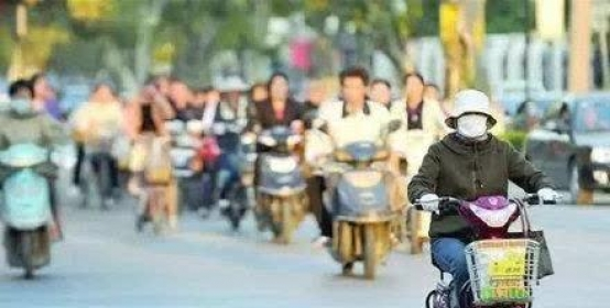 注意了!骑电动车自行车时打电话发微信,一旦被查将罚款20元