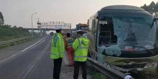 载35人大客车差点儿被害惨,就因为他在高速出口变道停车!